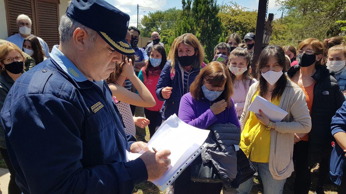 El comisario mayor Huerta finalmente recibió el petitorio de un grupo de vecinos.