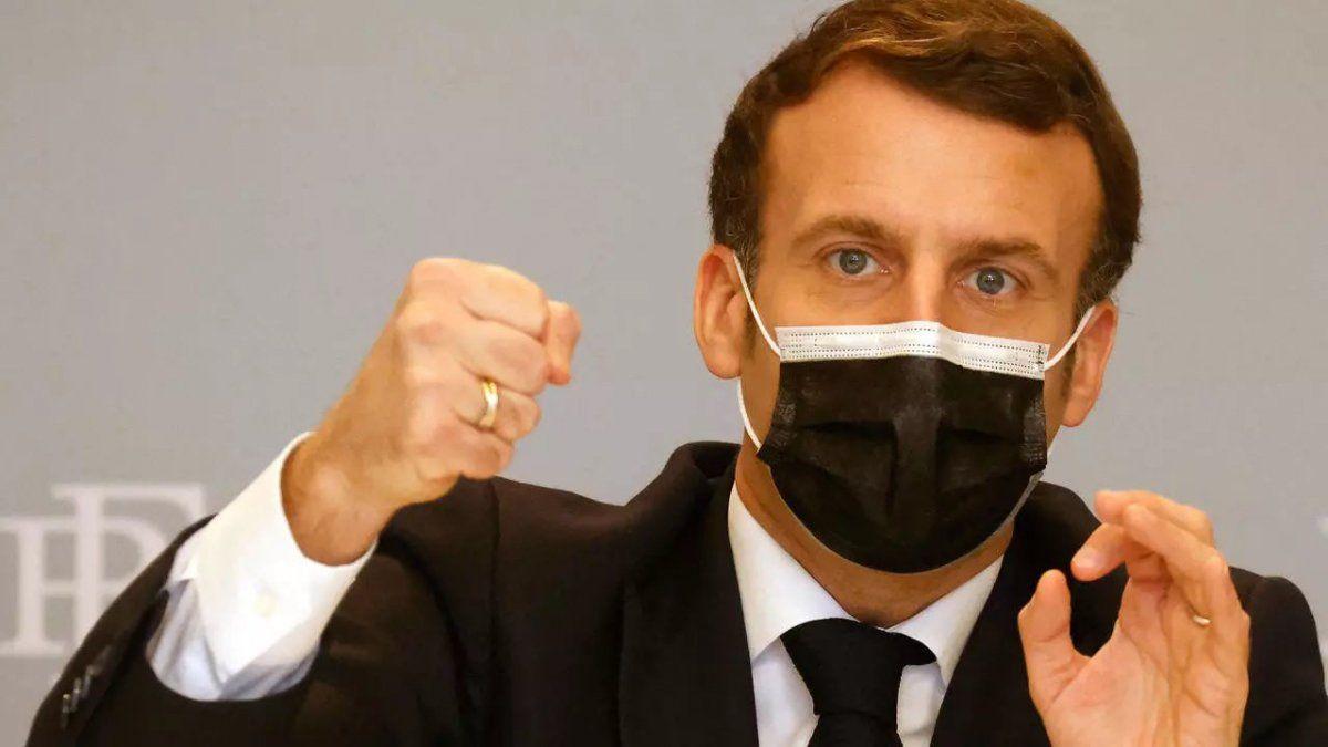 El mandatario francés confirmó la vacunación de varios grupos de riesgo a través de sus redes sociales.