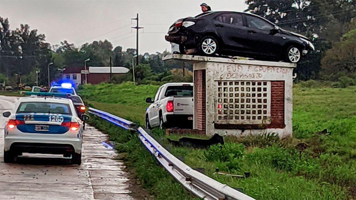 El automóvil quedó apostado sobre la garita de espera de colectivos tras el siniestro.