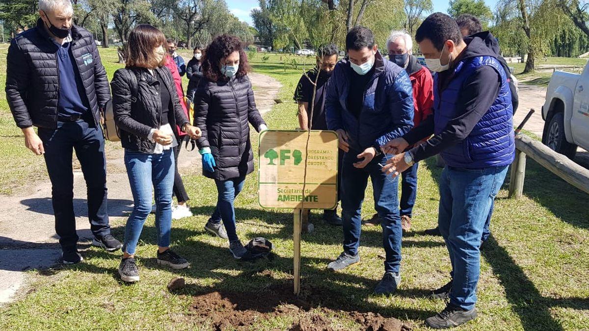Comenzó esta mañana el operativo para plantar mil árboles en la costa del río. (Foto: Matías Tambone)