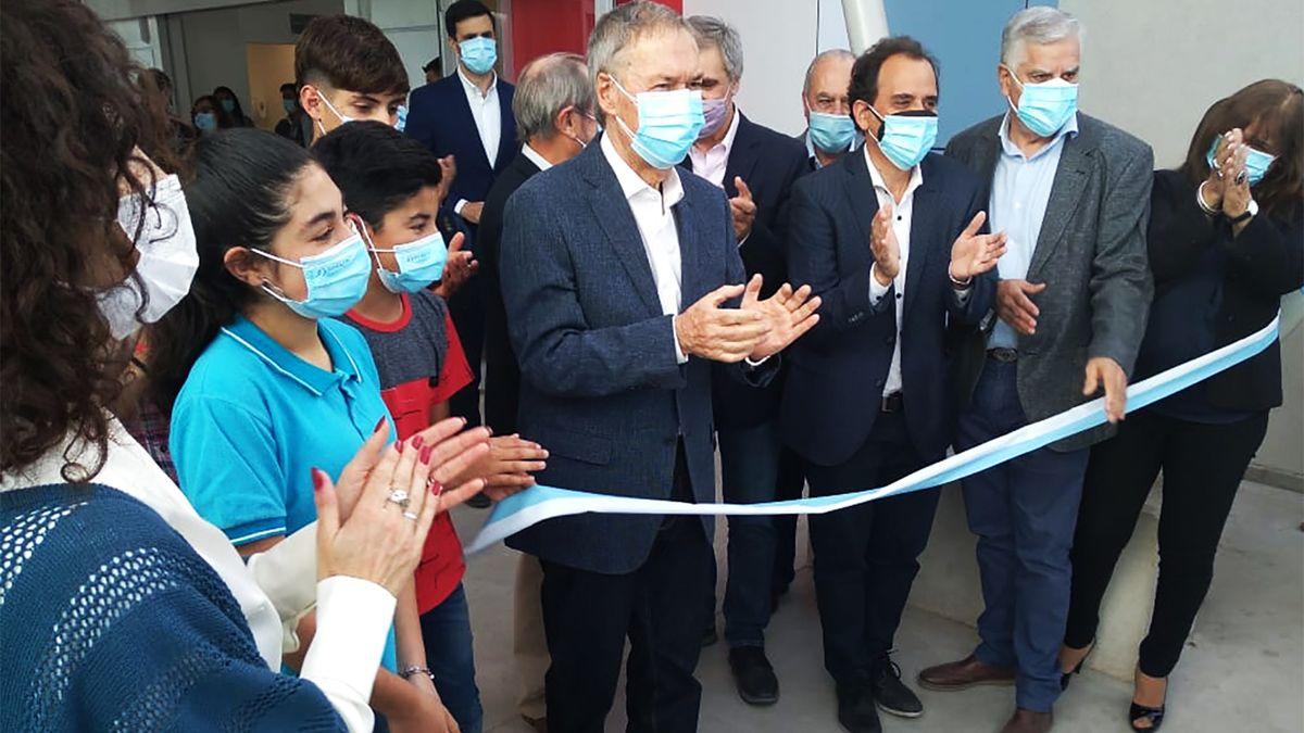 Schiaretti corta las cintas para dejar inaugurada la escuela Proa de Río Cuarto