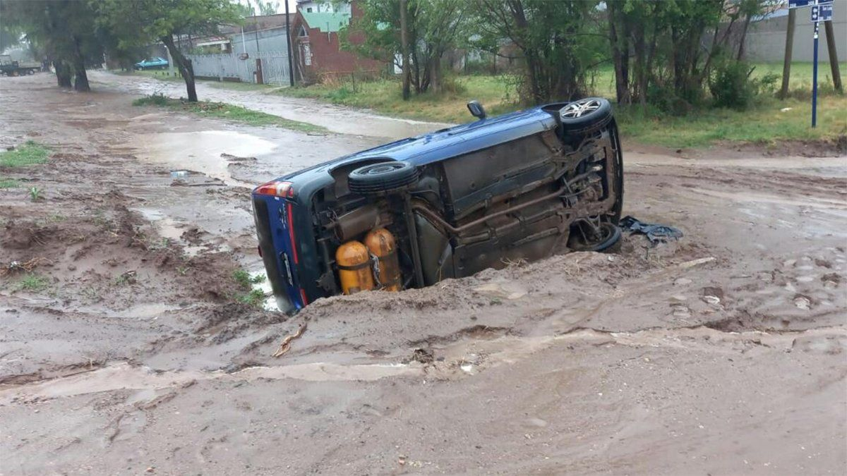 El utilitario Renault Kangoo quedó volcado sobre uno de sus laterales al caer en un pozo en plena calle.
