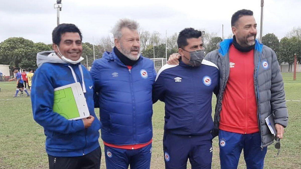 Los hermanos Moretti junto a los captadores de Argentinos Juniors en cancha de Española.