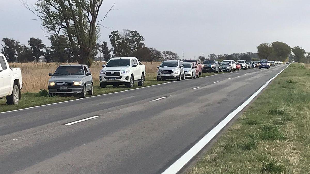 Una extensa fila de vehículos se aglutinaba esta mañana en el límite interprovincial. (Foto: Cabledigital)