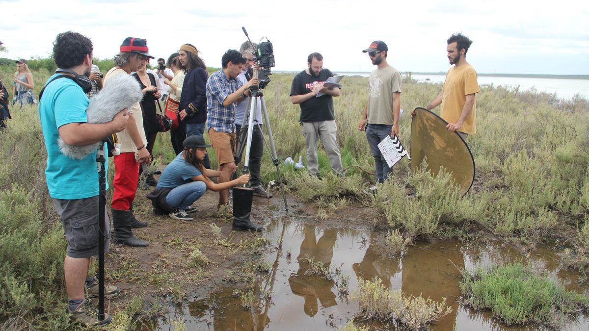 Los escenarios ficcionales de la serie se grabaron en una laguna de La Pampa. Todos los jueves se la puede ver por Encuentro.