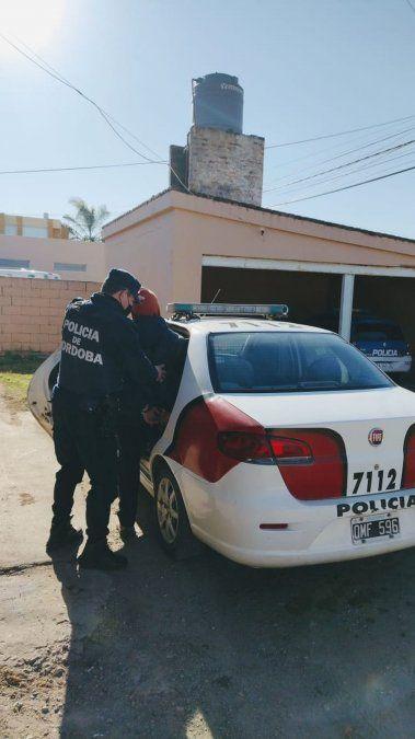 Uniformados de la Policía arrestaron ayer a dos hombres por hechos de violencia de género.