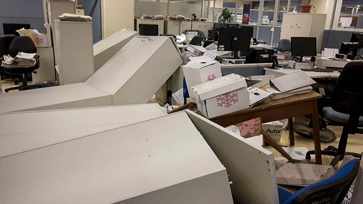El sismo también provocó daños en oficinas por elementos que fueron cayendo.