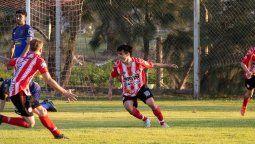 El sabor del encuentro. El gol del triunfo está dibujado en el rostro de Iván Pessuto (18), quien en tiempo de descuento recibió una asistencia de Julián Beltrando (16), y decretó el 2-1 (46').