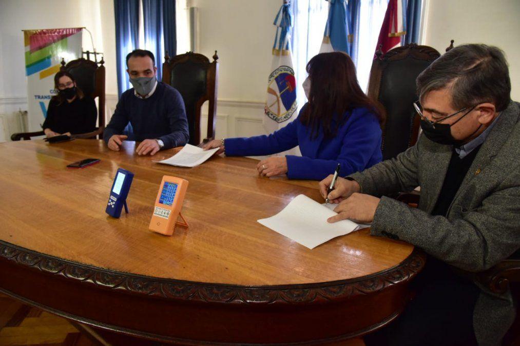Momento de la firma del convenio rubricado entre el Municipio y el Rotary club Ctalamochita.
