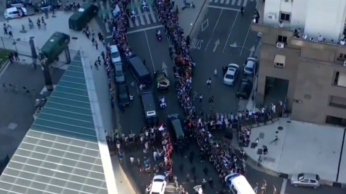 Una multitud le brinda el último adiós a Maradona.