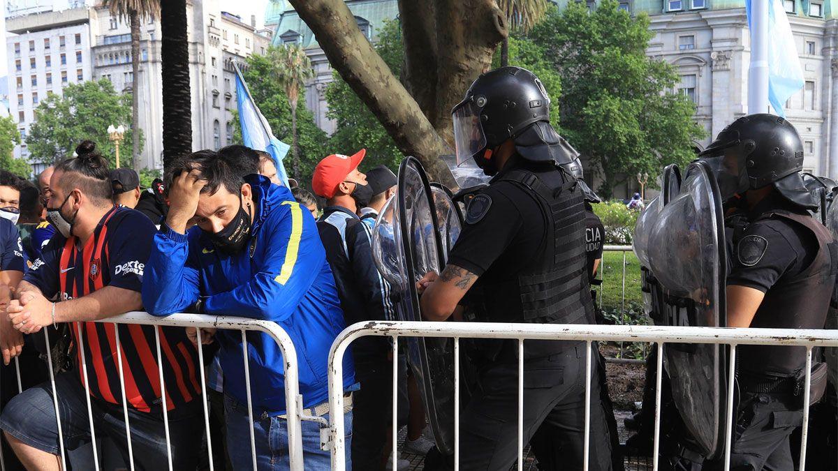 Incidentes en Avenida de Mayo y 9 de Julio al cerrarse la fila para el velatorio de Maradona