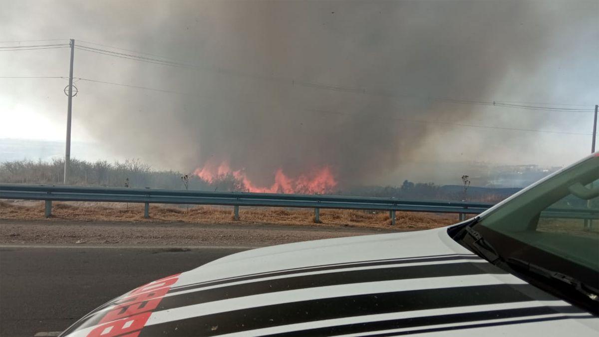 El incendio originado en uno de los accesos a Río Tercero.