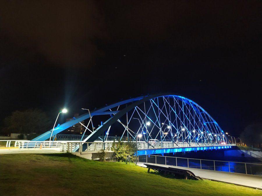 El puente Juan Domingo Perón se iluminó de color azul que buscará sensibilizar sobre el uso indebido de drogas.