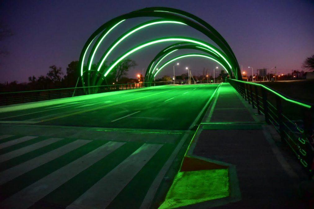 Así lucía anoche el nuevo puente. Tiene 60 metros de largo y doble mano.