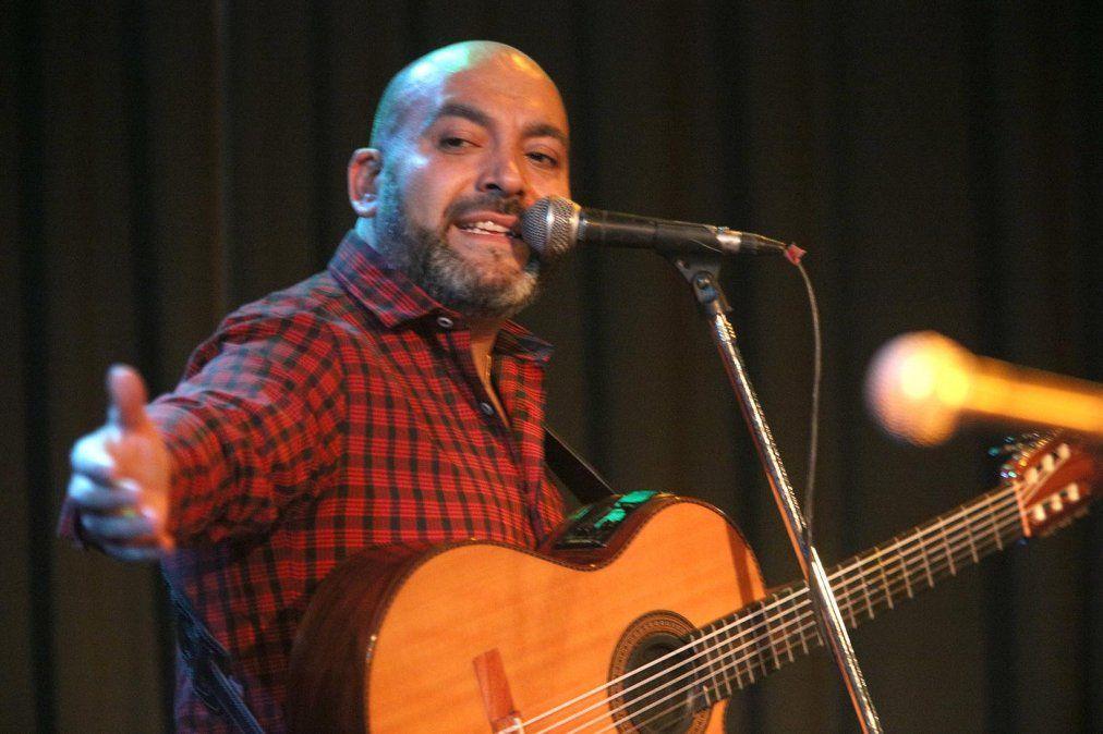Carlos Tapia presentó Sencillo en el Favio.