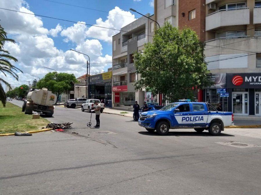 La imagen es elocuente: la moto sobre el asfalto totalmente destruida tras el impacto.