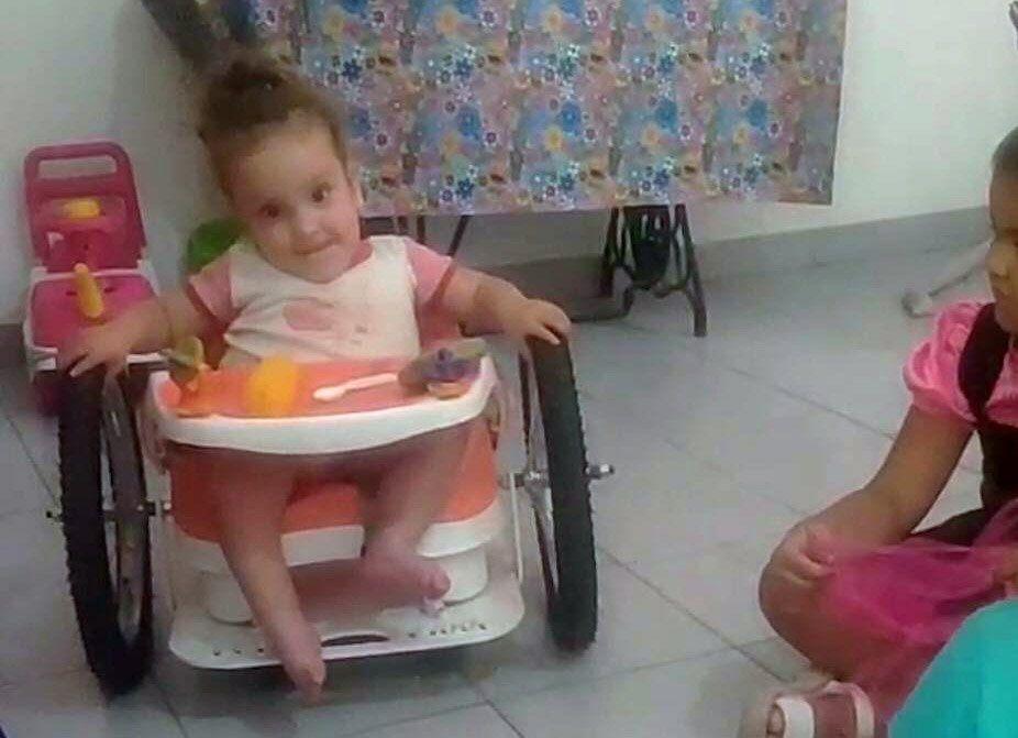 Graduado de la UNVM diseñó una silla de ruedas para que una nena de 3 años tenga movilidad