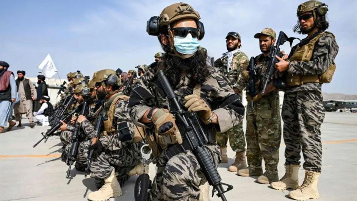 Las fuerzas especiales posaron para la prensa internacional en la terminal donde