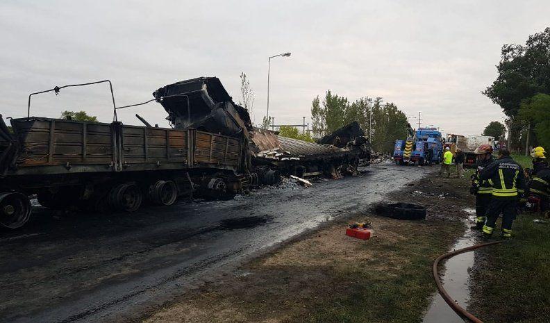 Chocaron tres camiones y uno de los conductores murió