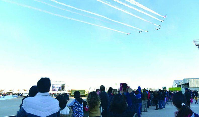 Máquinas de volar en el cielo azul del Aero y en la noche del Carrillo