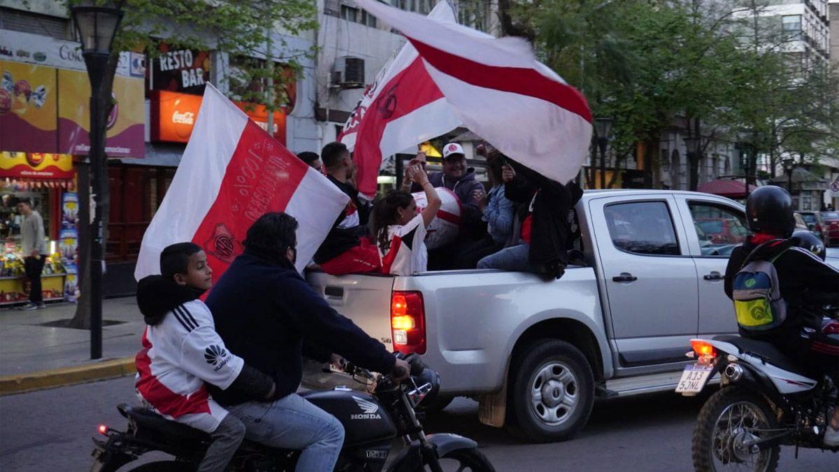 Los festejos de los hinchas de River en el centro de Río Cuarto.