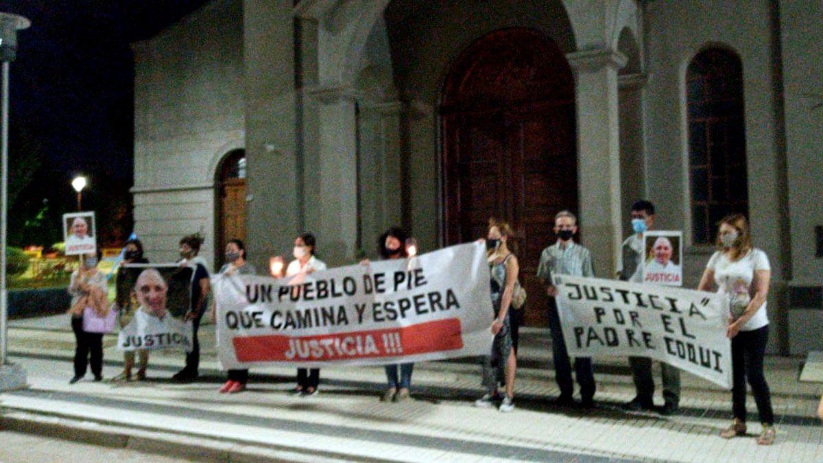 Frente a la iglesia se recordó al padre Coqui y pidieron justicia por él.