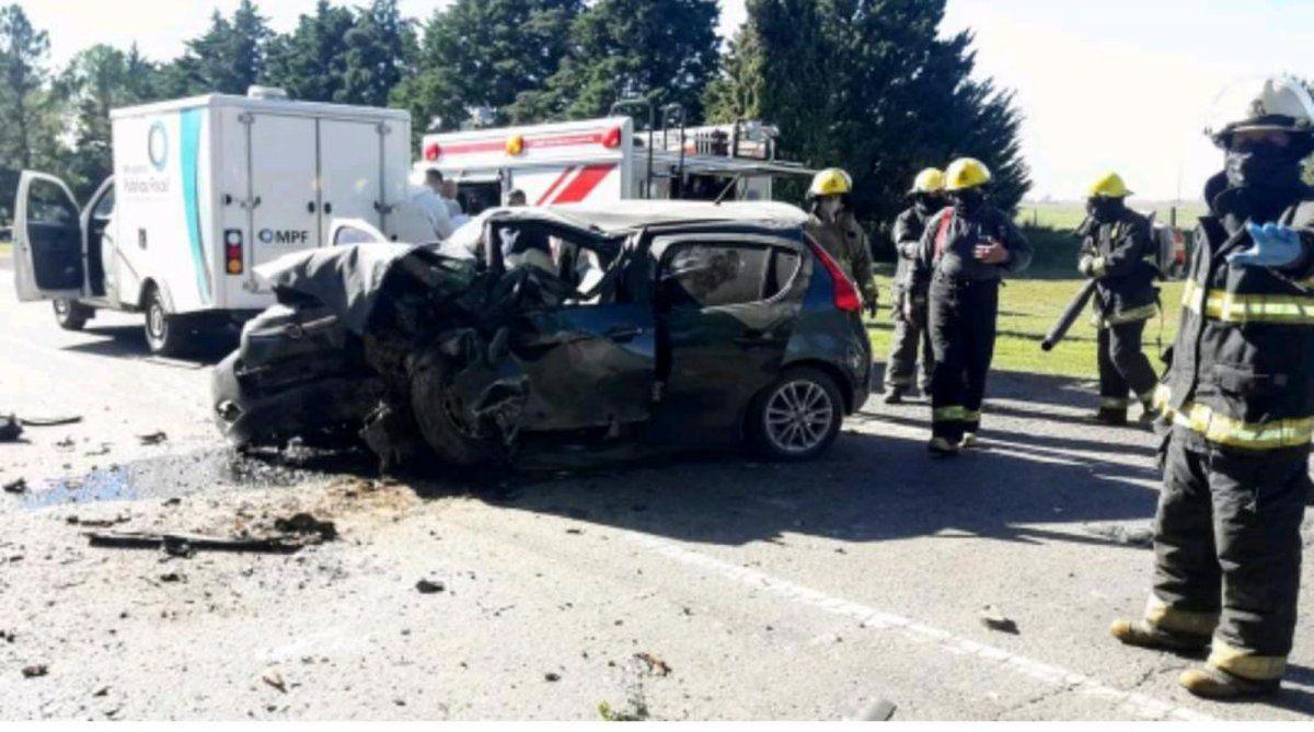 Impactante. El Fiat Palio quedó destruido sobre el pavimento de la ruta 158 tras el impacto.