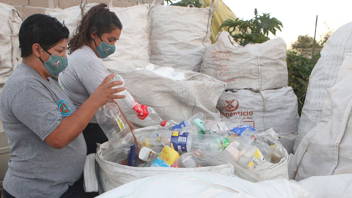 Las cooperativistas siguen acopiando materiales para la venta. La meta es llenar un acoplado para mandarlo a Rosario
