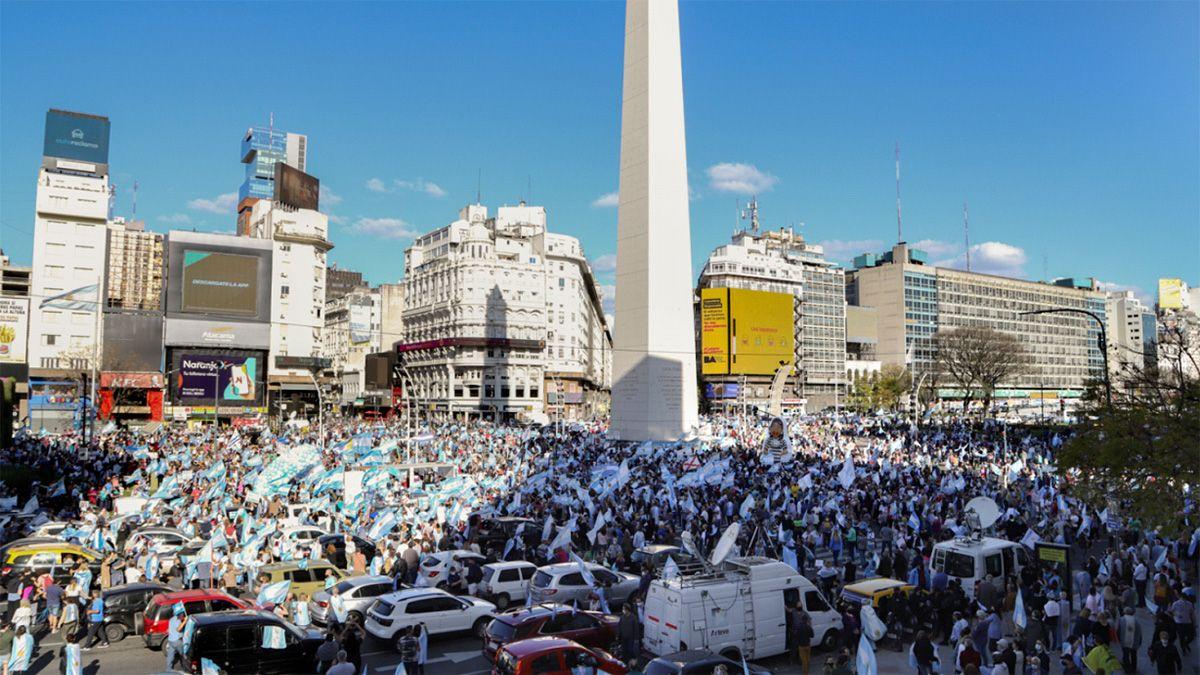 Miles de manifestantes en la marcha contra el Gobierno en el Obelisco