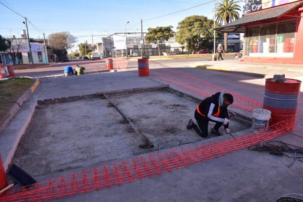 Se realizan labores de reconstrucción en la intersección de calle México y bulevar Vélez Sarsfield.