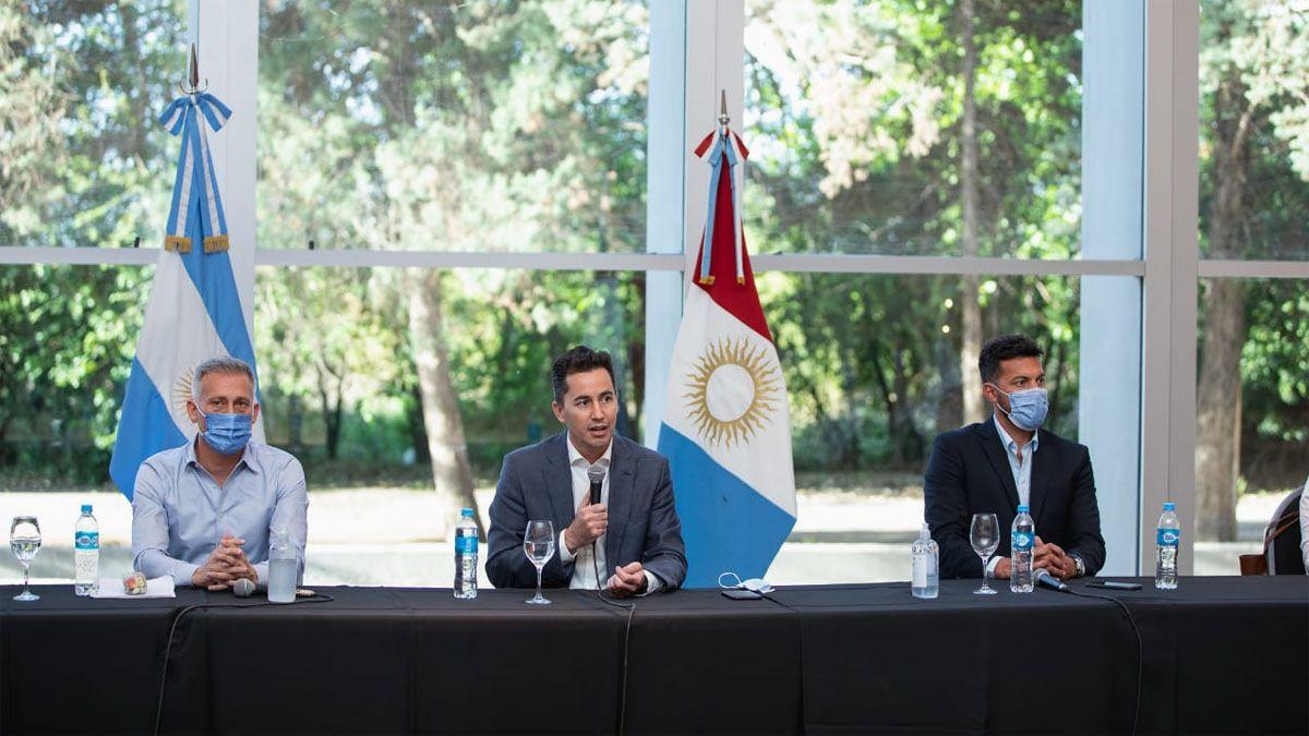 El vicegobernador Manuel Calvo encabezó la mesa de trabajo con el sector del turismo.