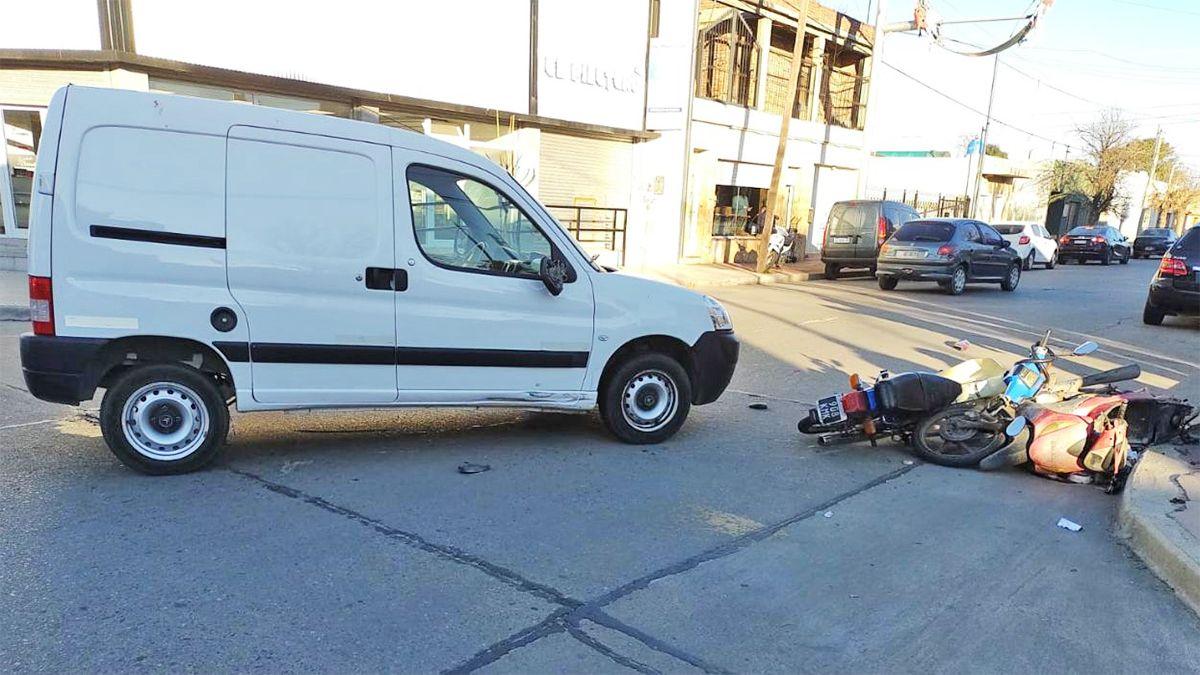 El utilitario y los dos rodados que estuvieron involucrados en el accidente.