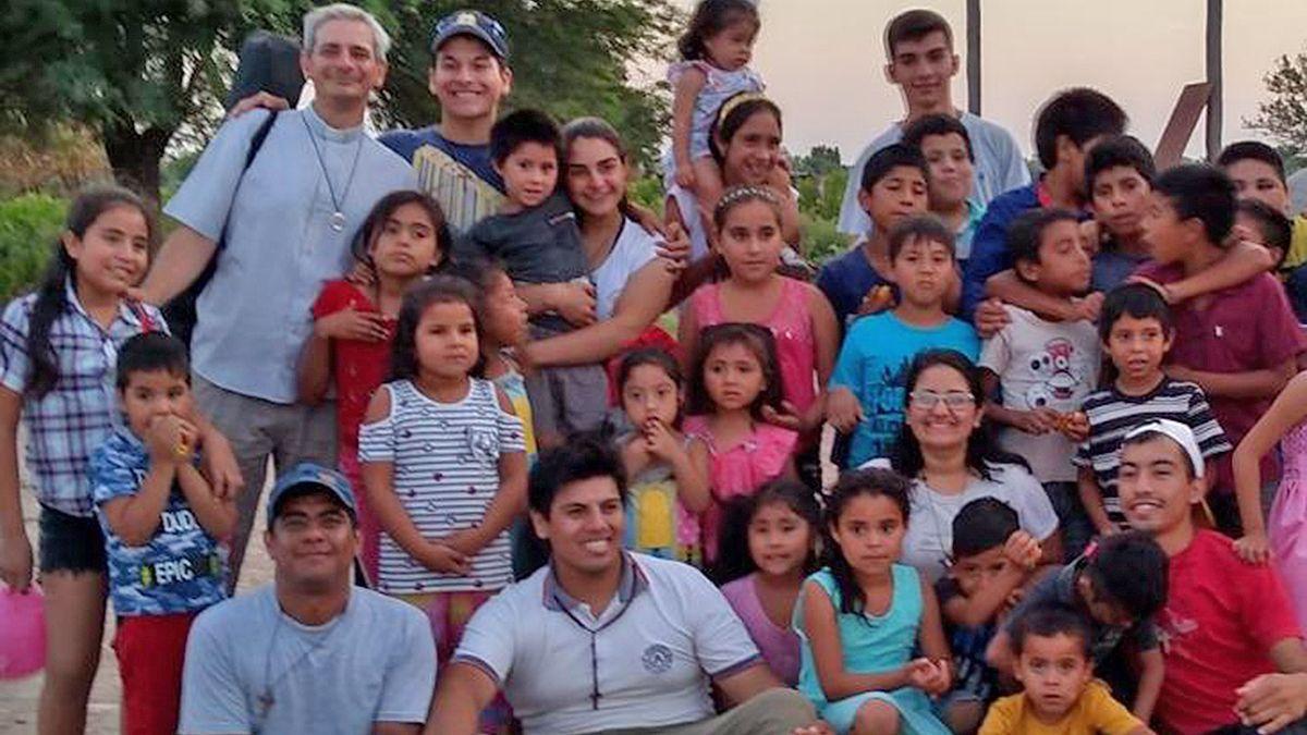 El padre Krivanosoff junto a la comunidad de Quimilí (Santiago del Estero).
