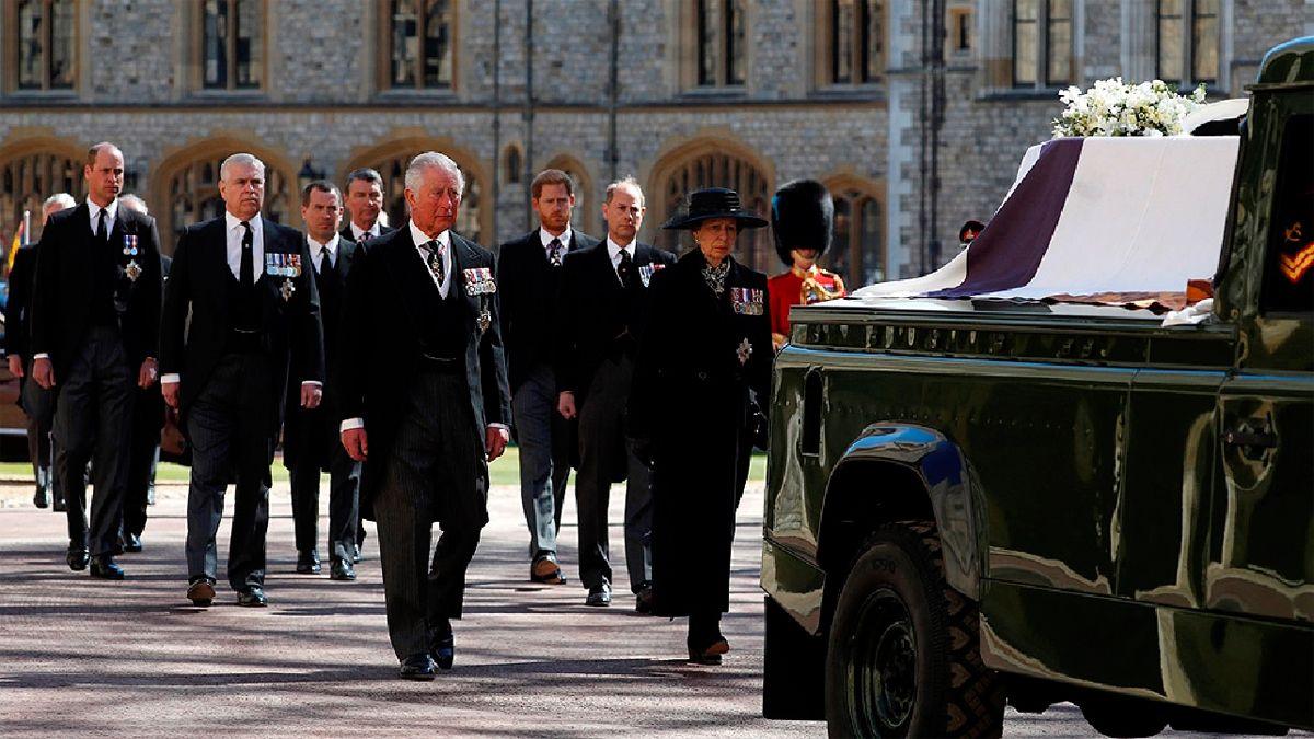 Los hijos y algunos de los nietos del esposo de la reina de Inglaterra en el cortejo fúnebre.