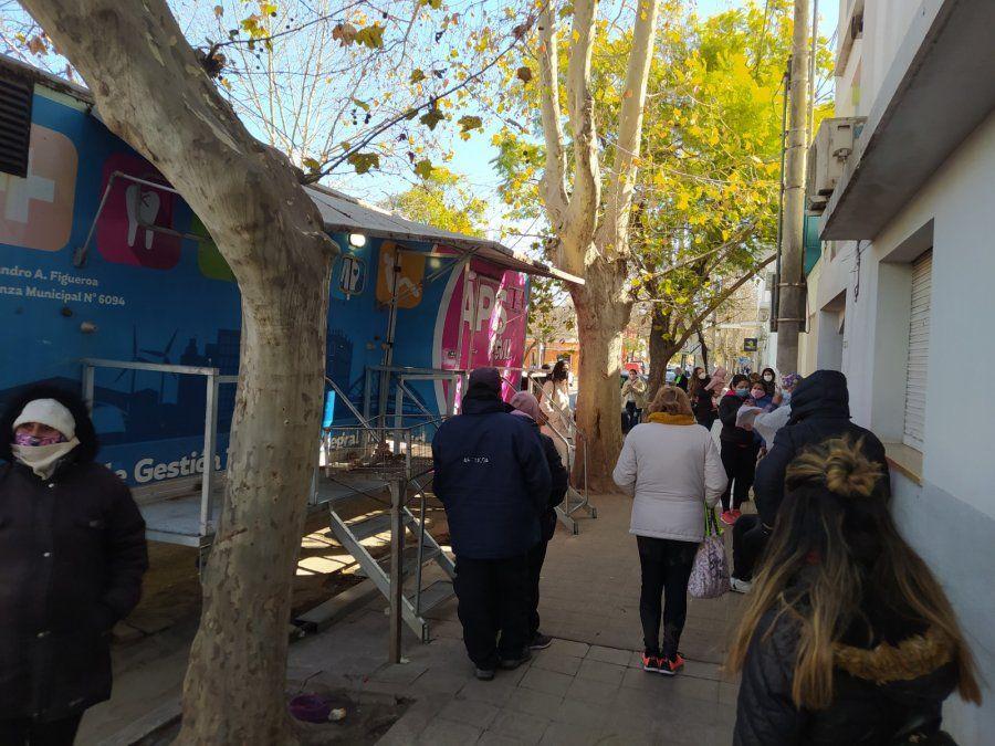 Gran cantidad de personas en el Centro de Testeos ubicado en el centro de la ciudad.