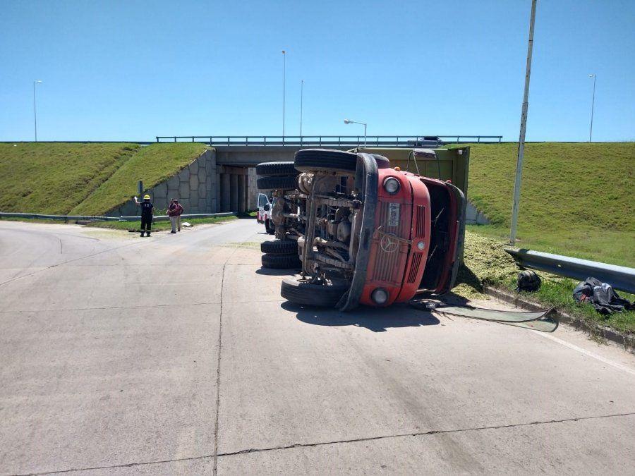 Volcó un camión en el acceso norte a la ciudad
