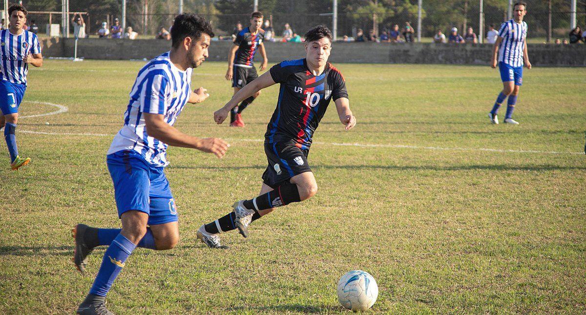 Carlos Rodríguez intenta proyectarse con el balón