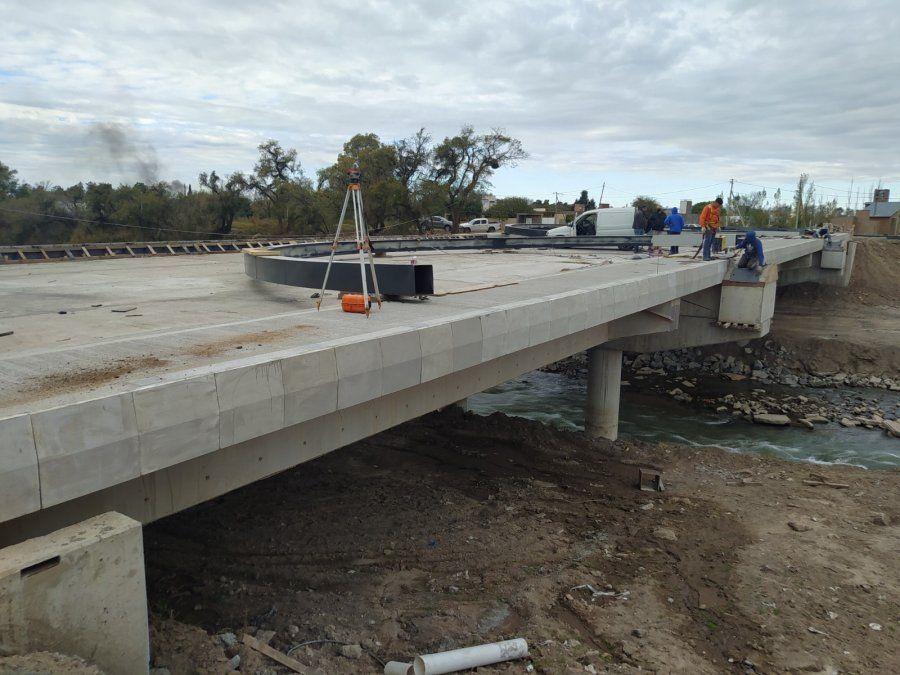 El puente tiene una extensión de 60 metros de largo con una doble mano de 14 metros de ancho y estará íntegramente iluminado con tecnología led.