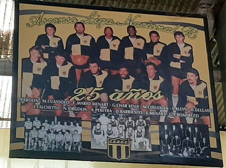 """El equipo del pueblo. La gigantografía en la cancha del """"Gigante de Calle Rucci"""" reconoce a los héroes de Unión Central que lograron el ascenso."""