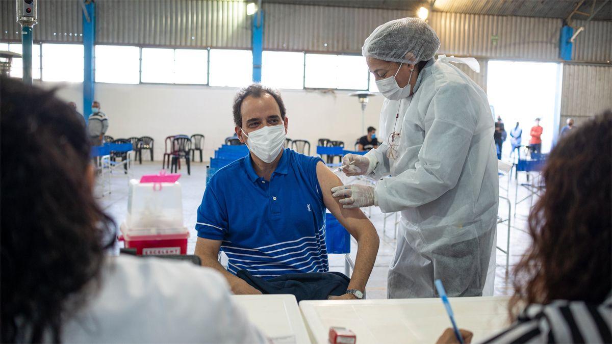 El intendente Llamosas recibió su vacuna en el Polideportivo Municipal N° 2.