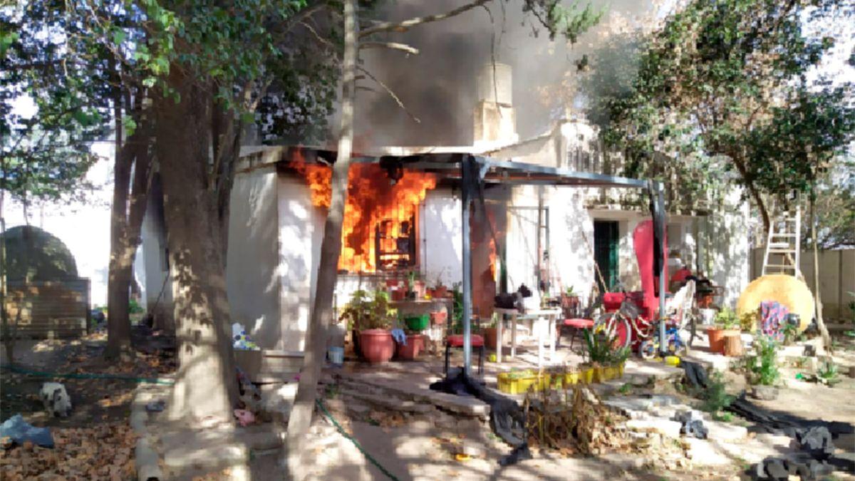 Los propietarios de la casa no estaban al momento de inicio del fuego.