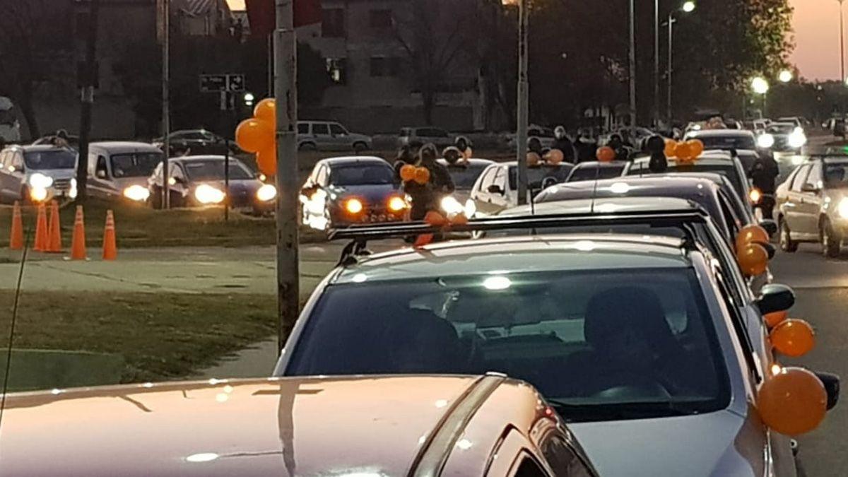 La caravana se realizó en vehículos y con globos naranjas.