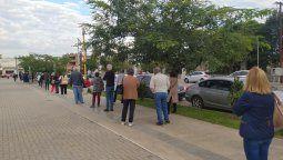 La fila de mayores de 60 años convocados ayer comenzaba en el Leonardo Favio y se extendía por el Parque de la Vida hasta el tótem, ubicado en la esquina de calle San Juan.