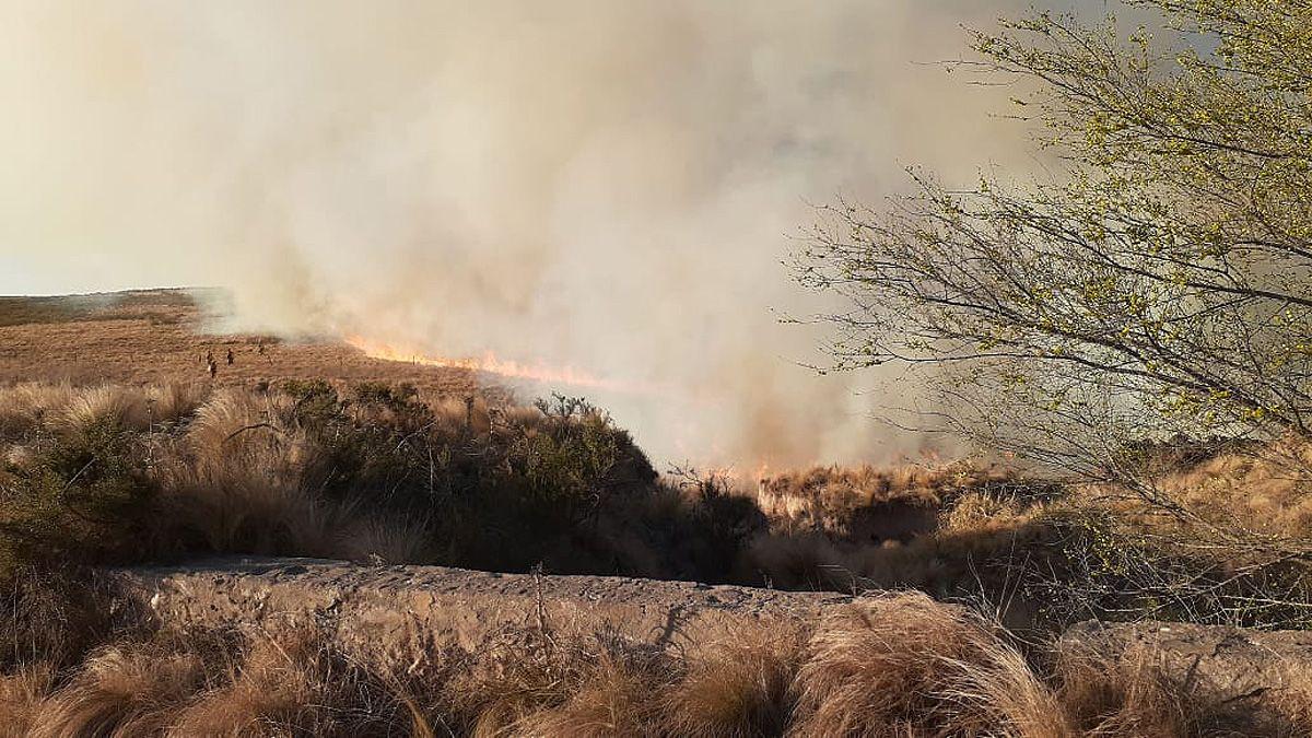 Bomberos continúan combatiendo dos grandes incendios en las Sierras Chicas.