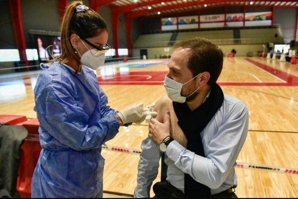 El secretario de Obras Públicas se vacunó este domingo en el nuevo Salón de los Deportes.
