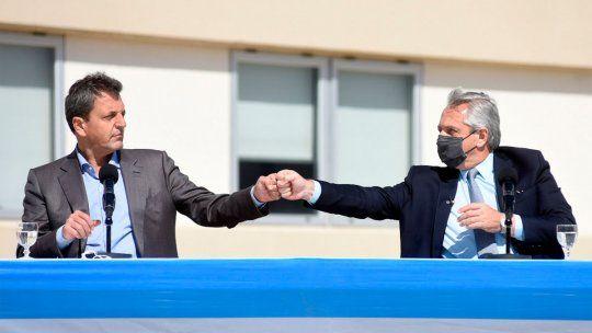 El presidente Alberto Fernández y Sergio Massa, al visitar este mediodía el Parque Industrial Hudson, en el partido bonaerense de Berazategui, donde recorrieron las instalaciones del laboratorio Bina Pharma.