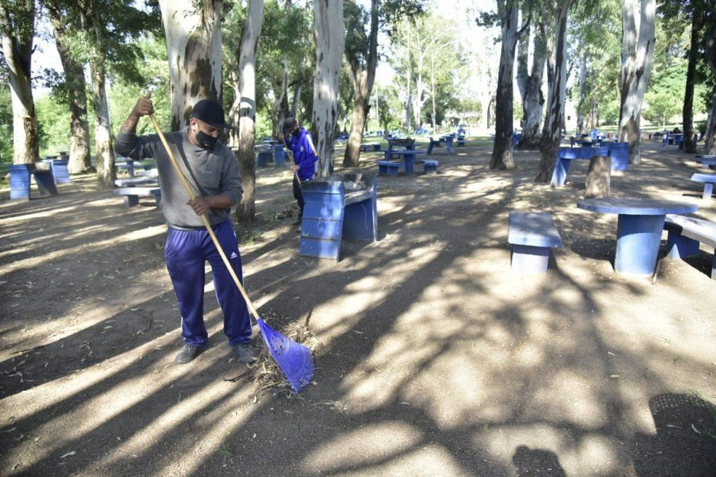 Cuatro cooperativas locales intervienen en la limpieza de la costanera.