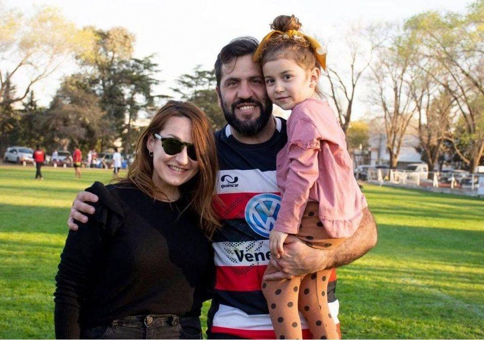 Postal del triunfo ante Universitario. La compañía de su hija Umma y su esposa Estefanía.