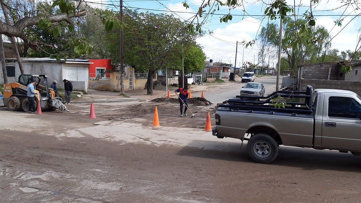 Personal municipal trabaja en la reparación del badén emplazado en el sector de Iguazú y Chile.