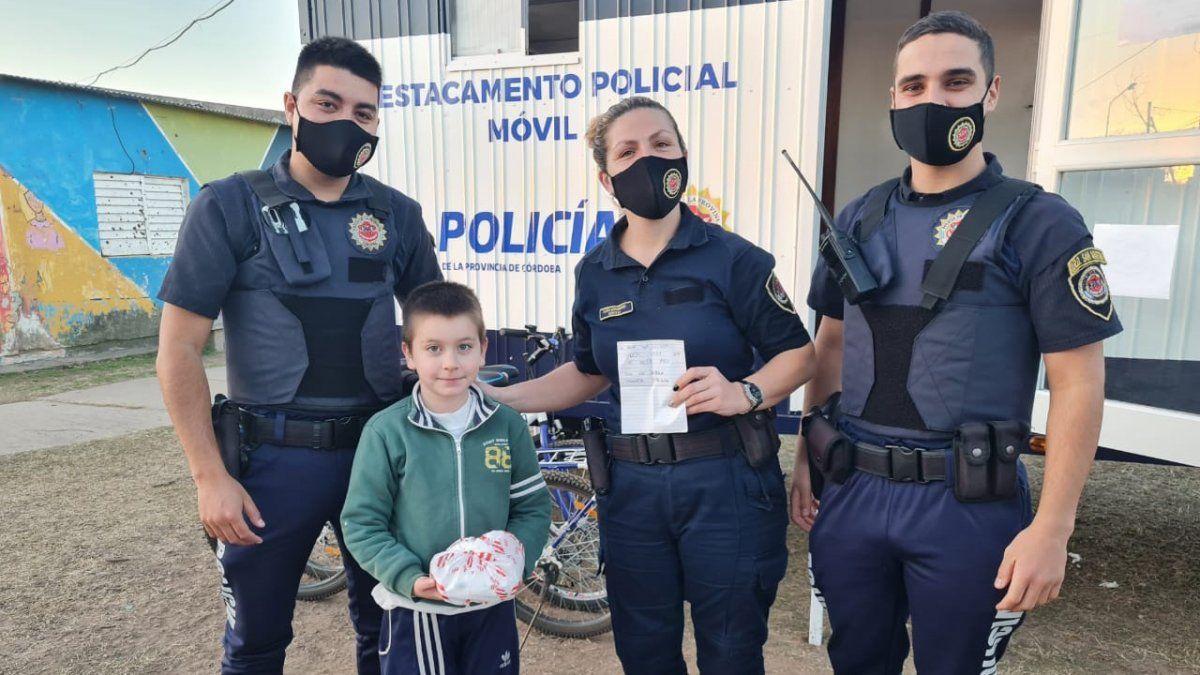 Conmovedor gesto de un niño: llevó café a un puesto policial para que los uniformados no pasen frío